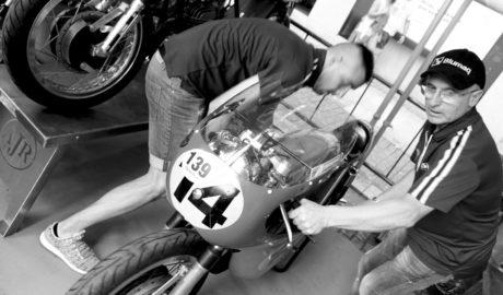 Pilotos y coleccionistas de Europa homenajean en Dénia el primer triunfo español en el Mundial de Motoclismo