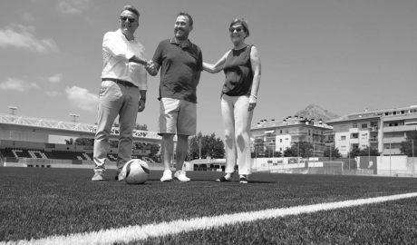 El campo de fútbol de Xàbia ya luce su nuevo césped artificial