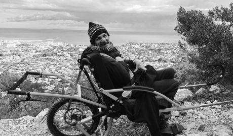 «Nunca había visto Dénia desde las alturas». La prodigiosa subida al Montgó en una silla de ruedas especial