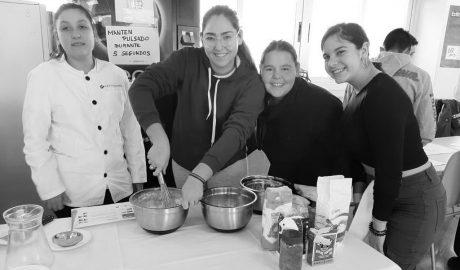 El alumnado del IES Sorts de la Mar de Dénia disfruta en el recreo del zumo de naranja de los productores locales