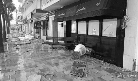 Testimonios en Xàbia: «Llevo 17 años aquí y nunca vi nada igual. Un banco del paseo reventó la entrada del restaurante»