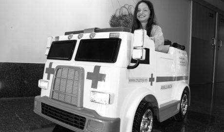 Una miniambulancia eléctrica para que los niños puedan 'viajar'por el Hospital de Dénia