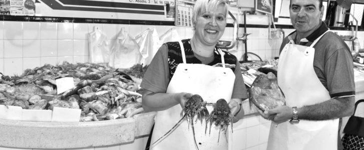Un puesto de pescado del Mercat de Dénia reabre con producto fresco de la lonja de Calp