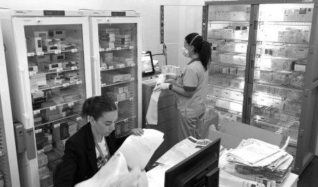 El Hospital de Dénia entrega a domicilio medicación para evitar la presencia de pacientes de riesgo en el centro